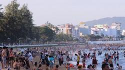 """Nghìn người đổ về bãi biển """"vầng trăng khuyết"""" không bị rào chắn"""