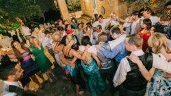 Kỳ lạ hàng trăm khách mời nhổ nước bọt vào cô dâu