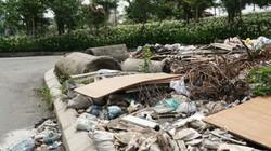 Gần Hồ Tây: Ngập rác thải tại cầu vượt Hoàng Hoa Thám – Văn Cao