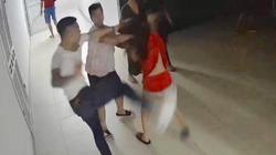 """Clip: Cô gái trẻ bị đánh hội đồng, hàng xóm ra xem liền bị """"côn đồ"""" truy đuổi"""