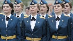 Bóng hồng quân nhân Nga xinh đẹp rạng rỡ trong lễ tốt nghiệp