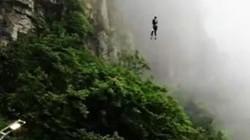 Ghê rợn nhân viên nhảy tự do từ đỉnh núi để...giao đồ ăn