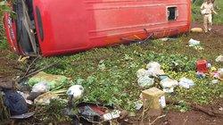 Tránh vụ tai nạn, xe khách tông một người tử vong rồi lật nhào