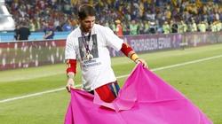 Bên lề Euro: Coi đối thủ như... bò, Torres chơi đồng đội