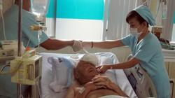 Cứu một người nước ngoài bị bệnh gút hiếm gặp