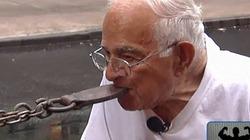 Ông lão 91 tuổi dùng răng... kéo xe đi trên phố
