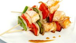 Biến tấu với cá hồi xốt cam và xiên xốt sa tế