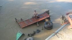 Tài xế ngủ gật, xe tải lao tùm xuống sông