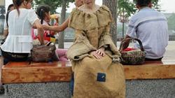 Thiếu nữ yểu điệu diện váy từ... bao tải rách