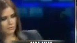 Đang truyền hình trực tiếp, nữ phát thanh viên ngã lăn