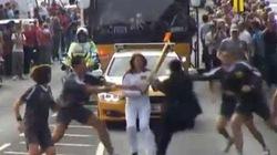 Vận động viên Olympic đang rước đuốc bất ngờ bị cướp