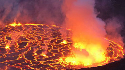 Cận cảnh núi lửa phun trào rực rỡ