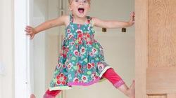 """Bé gái 3 tuổi leo khung cửa như """"người nhện"""""""