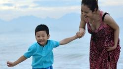 Jennifer Phạm chơi đùa cùng Bảo Nam trên biển