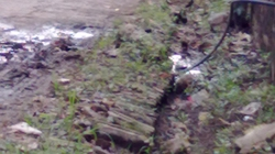 Dùng dao, búa chặt phá đường ống nước sạch