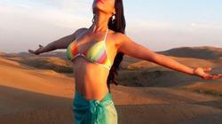 Hoàng My diện bikini phơi mình trên... đồi cát