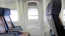 Mở cửa thoát hiểm máy bay VNA để... hít khí trời