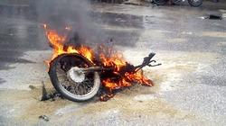 Xe máy bỗng cháy dữ dội, còn trơ khung