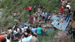 Xe buýt lao xuống hẻm núi, gần 100 người thương vong