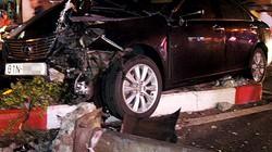 Thiếu gia xăng dầu lái Lexus húc đổ cột đèn