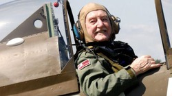 Cụ ông 91 tuổi vẫn lái …máy bay chiến đấu