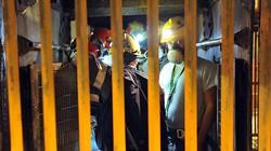 100 thợ mỏ nhốt mình trong hầm cùng thuốc nổ