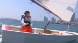 Ông bố Trung Quốc bắt con chạy trần trên tuyết, chèo thuyền ra biển