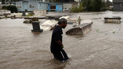 Hàng chục ngàn người Việt sơ tán bão Isaac