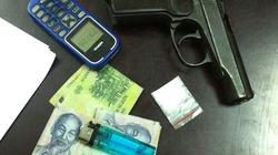 Kiểm tra taxi, phát hiện ra súng và ma túy