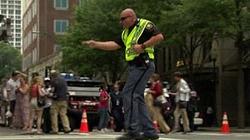 Clip: Cảnh sát nhảy sexy để... điều khiển giao thông