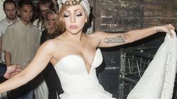 Lady Gaga diện váy cô dâu hở hang đi... hộp đêm