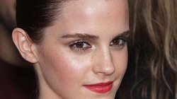 Mải tạo dáng, Emma Watson gặp sự cố hớ hênh