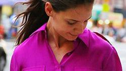 Katie Holmes đỏ mặt, luống cuống phủi váy