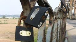 Cây cầu trăm tuổi đeo những ổ khóa tình