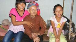 Hai em nhỏ tình nguyện chăm sóc cụ già