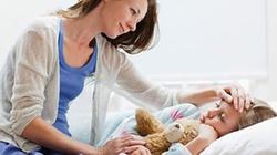Lau mát hạ sốt cho trẻ cũng phải đúng cách