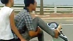 Clip: Dùng một chân... lái xe, chở bạn gái phóng vù vù