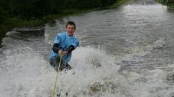 Đường ngập nước bỗng thành lý tưởng để... lướt sóng