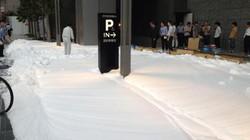 """Giữa hè, Tokyo ngập trong """"bão tuyết""""... xà phòng"""