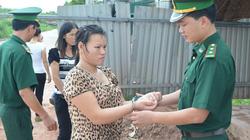 """Bắt giữ """"nữ quái"""" bán 3 phụ nữ sang Trung Quốc"""