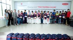 Dai-ichi Life Việt Nam tặng quà cho trẻ em mồ côi