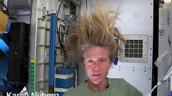 Cận cảnh nữ phi hành gia gội đầu trên vũ trụ