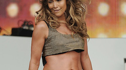 Jennifer Lopez lộ bụng bùng nhùng, rúm ró