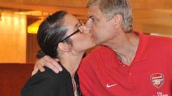 """ẢNH """"ĐỘC"""": Wenger bất ngờ thắm thiết hôn nữ nhân viên khách sạn"""