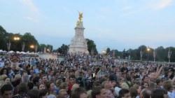 Hàng nghìn người hò reo trước điện Buckingham mừng Kate sinh con trai