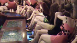 Nữ tiếp viên karaoke mặc khêu gợi, tỉ tê với khách