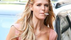 Thiên thần Victoria's Secret liên mồm rít thuốc