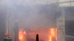 Kho hàng rực lửa cạnh cây xăng trong mưa bão