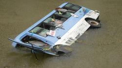 Xe khách lao từ cầu xuống sông, 17 người trọng thương