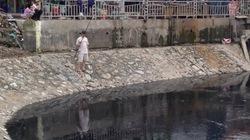 """Câu cá giữa kênh thối - """"thú vui độc"""" hậu mưa bão của dân Thủ đô"""